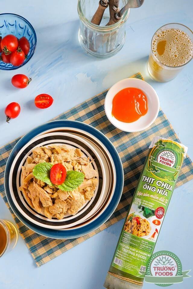 Thịt chua còn có vị mặn vừa của gia vị ướp cùng, pha lẫn vị chua lên men tự nhiên