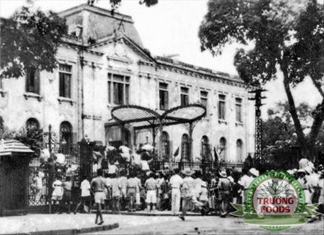 Quần chúng nhân dân Thủ đô đánh chiếm Bắc Bộ phủ, cơ quan đầu não của chính quyền tay sai Pháp ở Bắc Bộ, ngày 19/8/1945.