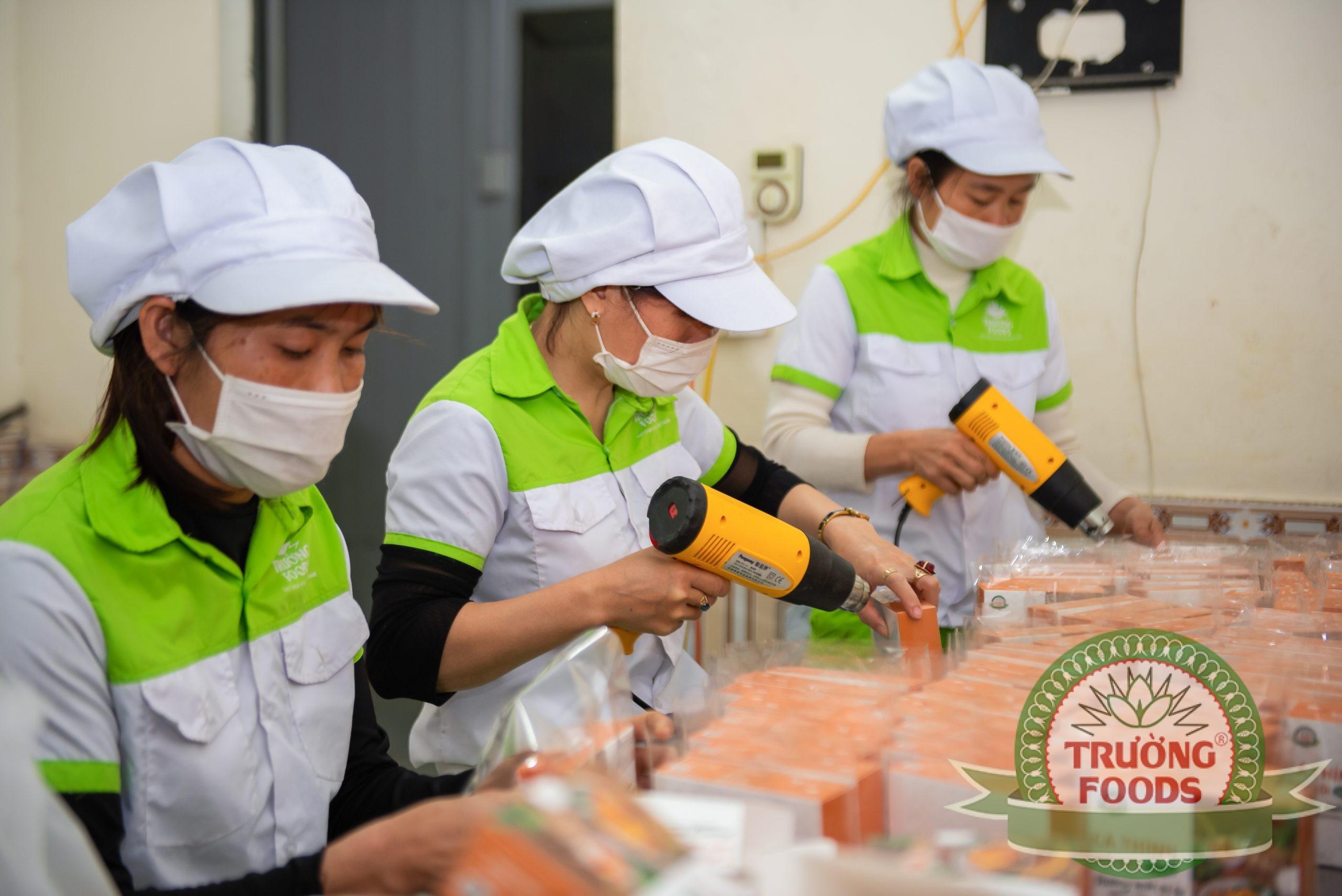 Công nhân đóng gói bao bì sản phẩm