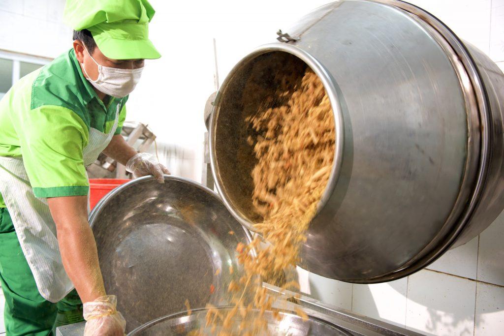 Đưa máy móc vào quá trình sản xuất thịt chua