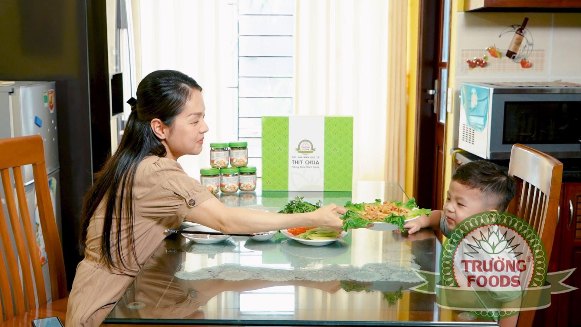 Bé nhà chị Hà Kiều Oanh hào hứng thích thú khi được thưởng thức thịt chua Trường Foods
